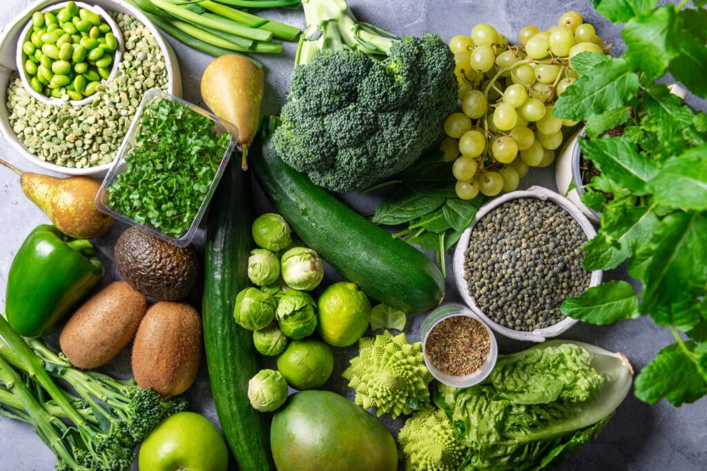 ortaggi verdi come broccoli spinaci prezzemolo lattuga cicoria rucola