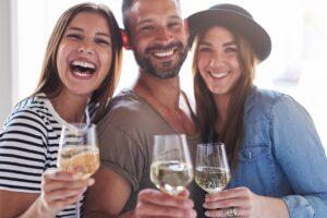 vino bianco frizzante da bere con gli amici per aperitivo